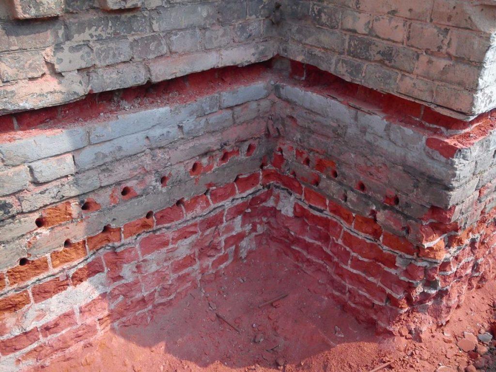 Когда происходит гидроизоляция стены - кирпич, на который будет оказываться воздействие защитными составами, необходимо тщательно очистить, а при необходимости -увлажнить или прогрунтовать. Для того, чтобы изолировать от влаги оконные блоки, принимается решение о монтаже металлических отливов.