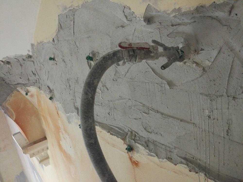 Отсутствие неуязвимости бетонных сооружений доказано многовековым опытом. Но, благодаря внедренной технологии инъектирования бетона, происходит компенсация повреждений, а также усиливается защита и изоляция характеристик материала, в который вводятся скрепляющие и гидроактивные компоненты.