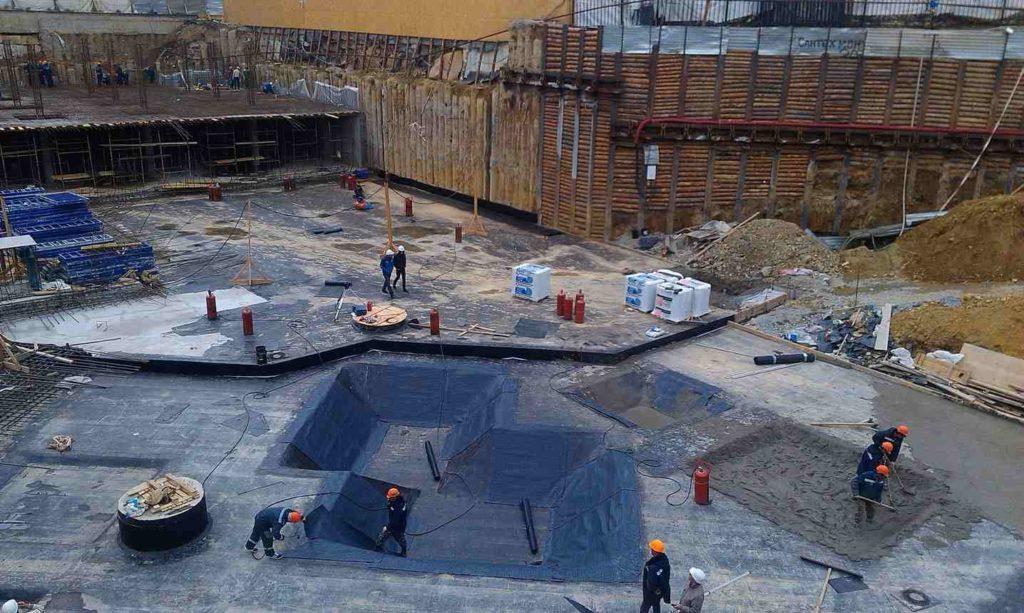 Основная проблема плитного фундамента состоит в негативном влиянии на него влаги и грунтовых вод. Из-за размещения плит в условиях повышенной концентрации воды срок их службы заметно снижается. Вода, в которой содержатся соли и множество других примесей разрушает фундамент, приводит бетон в негодность. Задача гидроизоляции фундаментной плиты первостепенна для любого здания. Эффективность гидрозащиты в будущем повлияет на качество, надежность и долговечность возводимого объекта. Только профессионально реализованная гидрозащита позволяет гарантировать снижение риска разрушения монолитных плит